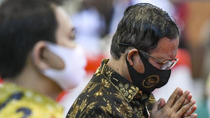 Ketua MPR Bambang Soesatyo (kanan) berjalan bersama Menko Polhukam Mahfud MD saat menghadiri Hari Konstitusi 2020 di Gedung Nusantara IV, Kompleks Parlemen, Senayan, Jakarta, Selasa (18/8/2020). ANTARA FOTO/M Risyal Hidayat/foc.