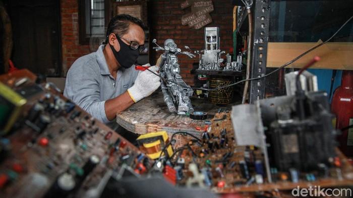 Toto Sihono (48), menyelesaikan karya artistik dari limbah komputer di Galeri Artos di Pamulang, Tangerang Selatan. Penasaran?