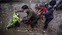 Pemotor Jatuh hingga Mogok Imbas Banjir di Kabupaten Bogor