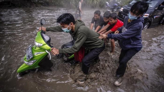 Hujan yang mengguyur kawasan Jabodetabek membuat sejumlah ruas jalan terendam banjir. Banjir salah satunya terlihat di Jalan Raya Bojong Gede-Citayam.