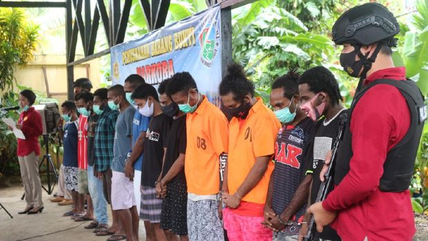 Polda Papua musnahkan barang bukti narkoba berupa 7 kg ganja dan 141 gram sabu dari 16 tersangka (dok Polda Papua)