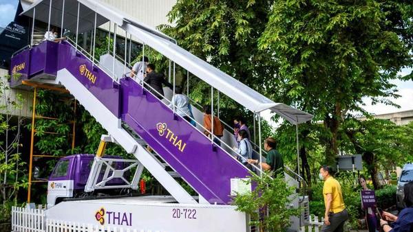 Tak hanya merasakan sensasi berada di dalam pesawat, sebelum masuk ke area restoran, pengunjung juga menaiki jet bridge. (AFP)