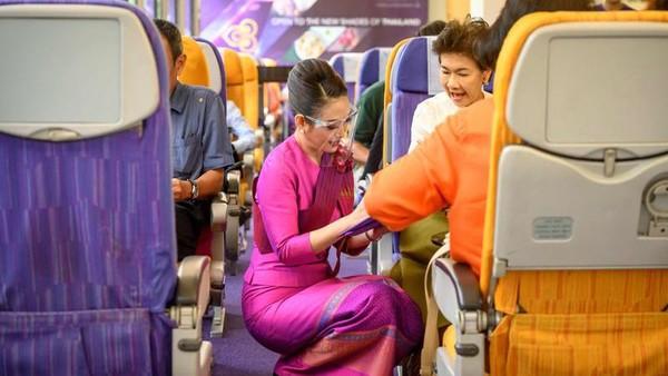 Thai Airways telah berbulan-bulan mengentikan sebagian besar pesawatnya. Kemudian kafetaria kantor maskapai ini diubah menjadi kafe bertema maskapai penerbangan. (AFP)