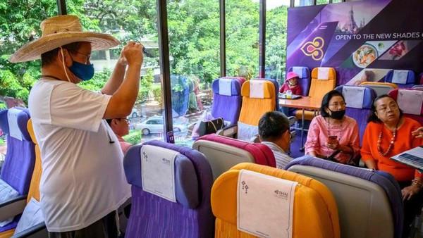 Lokasinya yang instagramable membuat banyak pengunjung berfoto-foto di beberapa spot. (AFP)