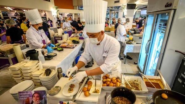 Koki yang bekerja tampak bersemangat. Salah satu dari mereka, Jun Uenishi mengatakan pengalaman kali ini berbeda karena pertama kalinya berinteraksi dengan pelanggan. (AFP)