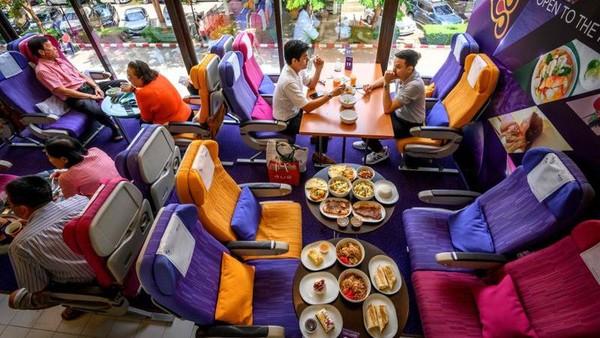 Lebih dari 100 pengunjung datang ke restoran bertema pesawat ini. Mereka mendapatkan kembali sensasi makan di pesawat yang telah lama tak dirasakan. (AFP)