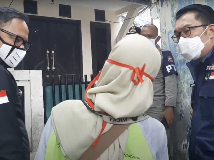 Ridwan Kamil dan Bima Arya blusukan mengecek kondisi pasutri warga Kelurahan Tegal Gundil, Kecamatan Bogor Utara, yang terinfeksi COVID-19, Selasa (15/9/2020).