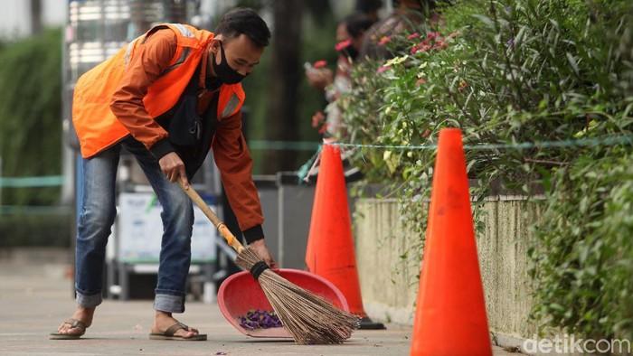 Di hari kedua PSBB Jakarta diperketat petugas gabungan masih terus melakukan razia masker. Warga yang melanggar siap-siap dihukum sapu jalanan.