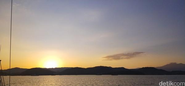 Pantulan sinar matahri bukan hanya di langit tapi juga di atas lautan. (Bonauli/detikcom)