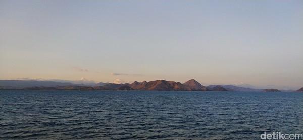 Bukit-bukit di seberang lautan terkena bias sinar mentari dan terlihat sangat indah. (Bonauli/detikcom)