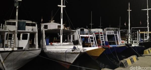 Live on board atau naik kapal phinisi memang paling enak sambil menikmati sunrise. Ini wajah Pelabuhan Labuan Bajo saat subuh. (Bonauli/detikcom)