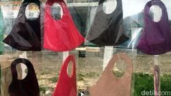 Jenis masker scuba dan masker buff mulai dilarang dikenakan oleh penumpang KRL karena dianggap kurang efektif untuk meminimalisir penyebaran virus Corona.