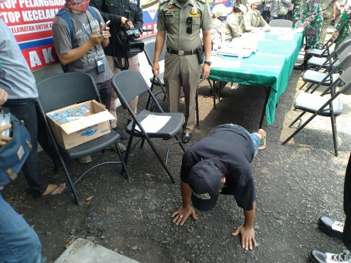 Tak Pakai Masker, Sopir Angkot Bogor Dihukum Push Up