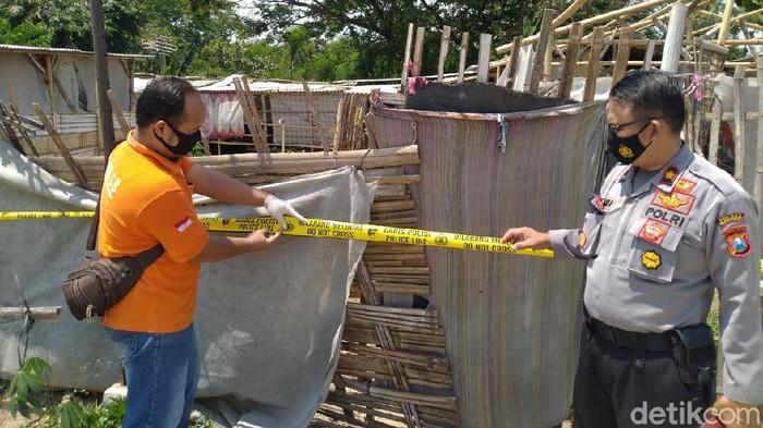 Janda beranak satu ditemukan tewas dalam kamar rumahnya di Kecamatan Jetis, Kabupaten Mojokerto. Korban ditemukan dalam kondisi tanpa busana atau tewas telanjang.