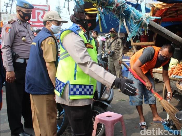 Warga tak bermasker disanksi kerja sosial di Sukabumi