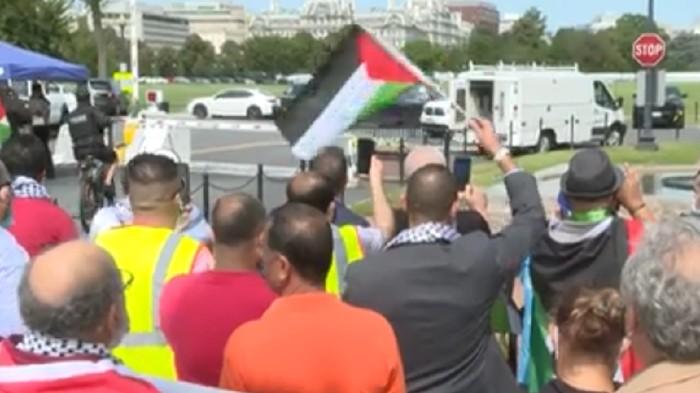 Ratusan orang berunjuk rasa di depan Gedung Putih saat penandatanganan perjanjian damai antara Israel dengan Bahrain dan Uni Emirat Arab. Mereka menganggap perjanjian damai itu tak memberikan solusi atas penindasan Israel terhadap Palestina.