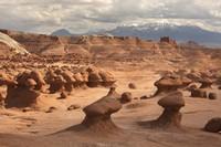 Inilah pemandangan di Goblin Valley State Park yang berjarak 216 mil di tenggara Salt Lake City di Utah.
