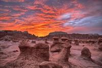 Batu pasir lunak bertahun-tahun terkikis angin dan air hingga membentuk daratan aneh dan terkesan seram ini.