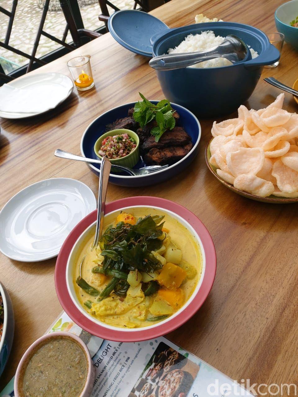 Gundaling Farmstead. Agrowisata terpadu dengan konsep farm to table menyajikan menu khas Karo dan menu internasional dengan bahan baku dari peternakan yang langsung disajikan segar di restoran yang berlokasi tidak jauh dari peternakan