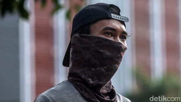 Masker scuba dan buff kini tak disarankan untuk digunakan para pengguna KRL. Apa sih alasan kedua masker ini tak lagi diperkenankan untuk dipakai di KRL?