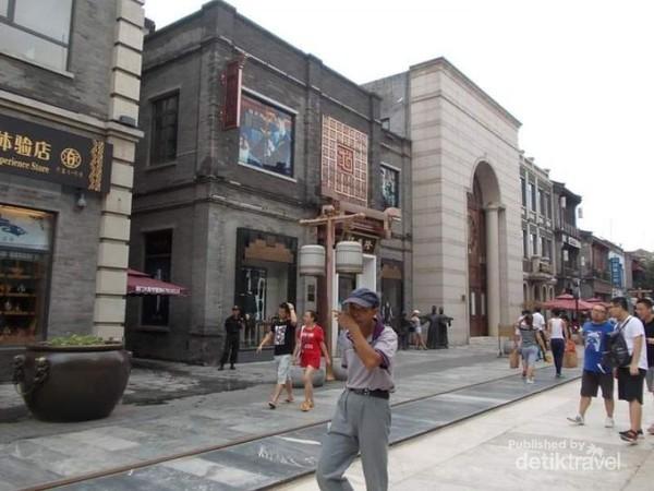 Potret para pejalan di Jalan Qianmen.
