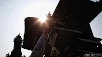 Hari Galungan dimeriahkan dengan memasang penjor atau bambu hias di tepi jalan.