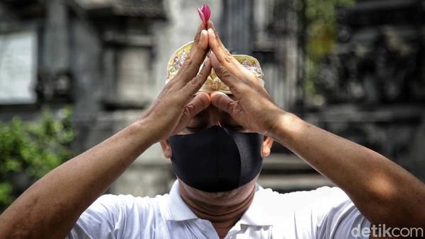 Warga yang datang untuk mengikuti sembahyang diwajibkan memakai masker.