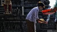 Hari Galungan adalah momen untuk memperingati terciptanya alam semesta. Hari ini juga merupakan hari kemenangan Dharma (kebenaran) melawan Adharma (kejahatan). Sebagai ucapan syukur umat Hindu memberi dan melakukan persembahan pada Sang Hyang Widhi dan Dewa Bhatara.