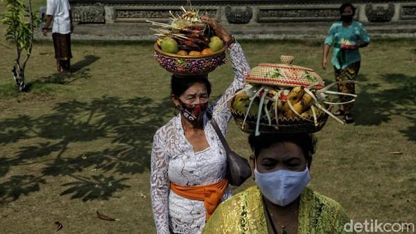 Hari Raya Galungan dirayakan oleh umat Hindu Bali setiap 210 hari, dengan menggunakan perhitungan kalender Bali yaitu pada hari Budha Kliwon Dungulan (Rabu Kliwon wuku Dungulan).