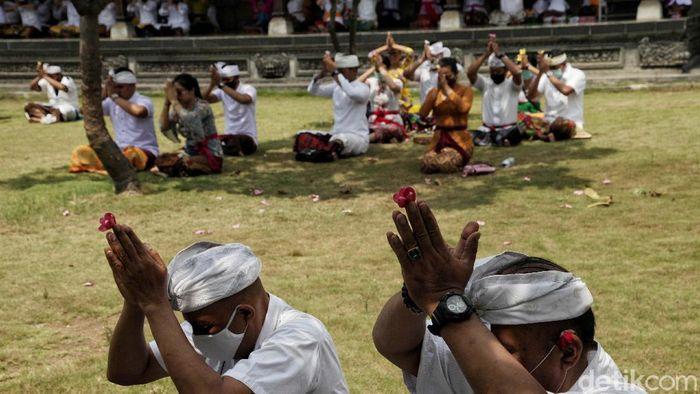 Umat Hindu memperingati Hari Raya Galungan di Pura Dalem Purnajati, Jakarta Utara, Rabu (16/9). Hari Raya Galungan di masa PSBB ini berjalan khidmat.