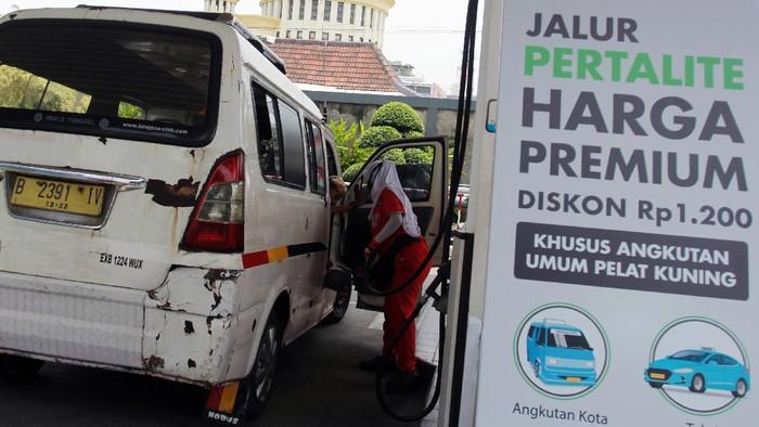 Petugas melakukan pengisian bahan bakar sebuah sepeda motor  di Stasiun Pengisian Bahan Bakar Umum (SPBU) Ciputat, Tangerang Selatan, Banten, Selasa (15/9/2020). PT Pertamina (Persero) menurunkan harga bahan bakar minyak (BBM) jenis Pertalite dari Rp.7.650 menjadi Rp6.450 per liter atau setara dengan harga premium, yang hanya berlaku di 38 SPBU di Kota Tangerang Selatan, promisi ini ini dilaksanakan dalam rangka program langit biru hingga enam bulan kedepan. ANTARA FOTO/Muhammad Iqbal/foc.