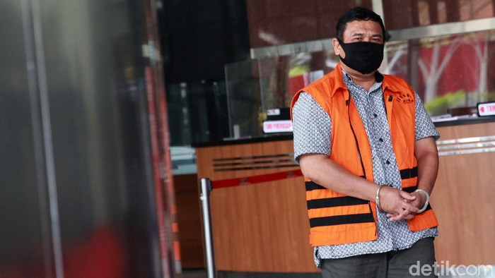 Mantan anggota DPRD Sumut, Jamaludin Hasibuan, diperiksa KPK. Ia diperiksa terkait kasus suap yang libatkan eks Gubernur Sumatera Utara Gatot Pujo Nugroho.
