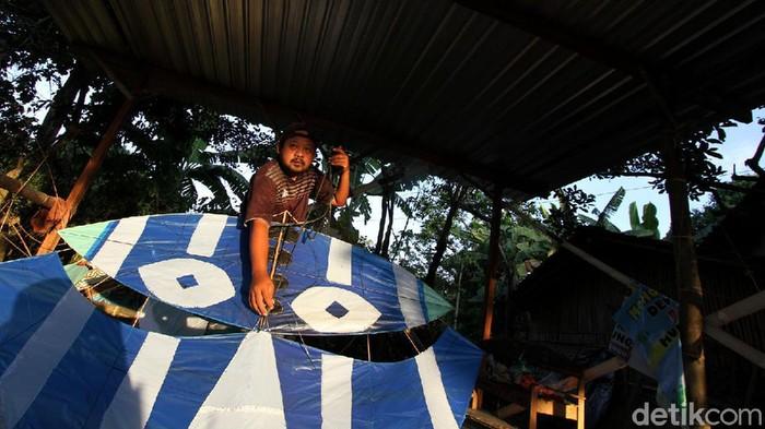 Warga membuat layang-layang dari kertas Minyak warna di rumahnya kampung Seyegan, Boyolali, Jawa Tengah, Selasa (15/9). Layang-layang yang dipasarkan secara online tersebut laris dan sangat diminati warga pecinta layang-layang.