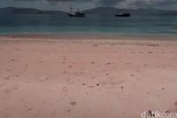 Warna pasirnya unik, ada gradasi putih, pink muda sampai pink tua.