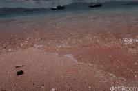 Saat bersentuhan dengan air laut, pasir pantainya makin berkilau.