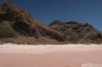 Buktinya sekeliling pantai dihiasi dengan bukit-bukit batu yang runcing.