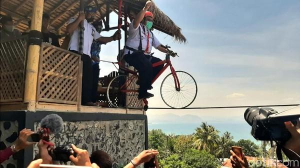 Bukit Cienong secara resmi dibuka oleh Bupati Sukabumi Marwan Hamami, hari ini atau Rabu (16/9/2020). Menurut orang nomor satu di Kabupaten Sukabumi itu Bukit Cienong adalah hasil inovasi desa setempat yang patut diepresiasi dan menyumbang khazanah variasi wisata di Sukabumi.