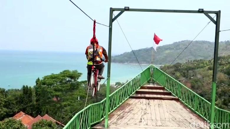 Alternatif wisata baru hadir di Sukabumi, Jawa Barat. Objek wisata berupa menara pandang berbentuk haluan kapal di Bukit Cienong, Cisolok.