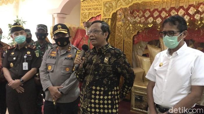 Menko bidang Politik Hukum dan Keamanan (Polhukam), Mahfud Md, di Bandara Internasional Minangkabau (BIM) Padang (Jeka Kampai/detikcom)