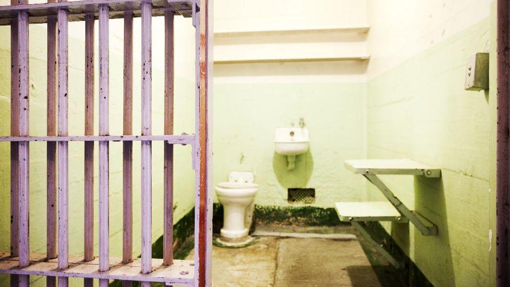 Minuman Wine Satu Ini Dibuat di Dalam Toilet Penjara yang Kotor