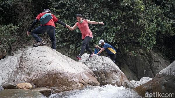 Butuh waktu 30 menit untuk mengakses Curug Barong dari pintu masuk Leuwi Hejo. Namun, waktu perjalanan bisa lebih panjang jika memilih naik turun batu di tengah sungai.