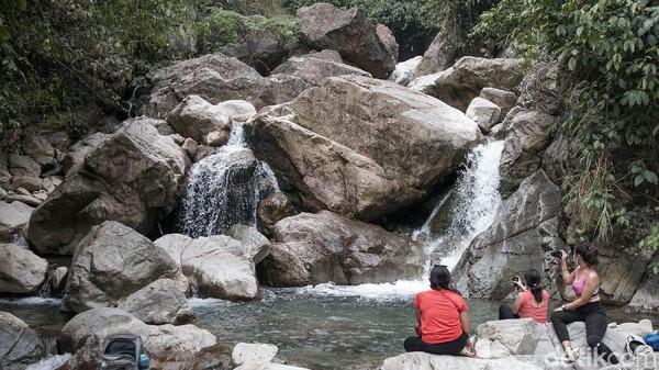 Bagi wisatawan yang hendak mengunjungi Curug Barong dapat meminta bantuan guide. Sebex mematok biaya sebesar Rp 200 ribu per orang, dengan minimal wisatawan 2 orang dalam satu kali trip.