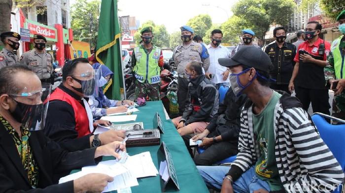 Operasi Yustisi terus digeber untuk menegakkan disiplin masyarakat dalam mematuhi protokol kesehatan. Dalam satu jam, petugas menindak 33 pengendara yang tidak memakai masker.