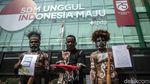 Pakai Baju Adat, Warga Papua Lunasi Tagihan Veronica Koman