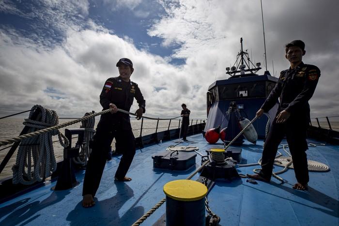 Awak kapal mengangkat jangkar kapal usai labuh jangkar di Perairan Pulau Rupat, Kabupaten Bengkalis, Riau.