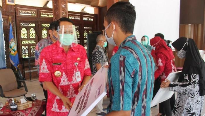 Penyerahan simbolis BPUM oleh Bupati Mundjirin di Rumah Dinas Bupati Semarang, Ungaran Timur, Rabu (16/9/2020).