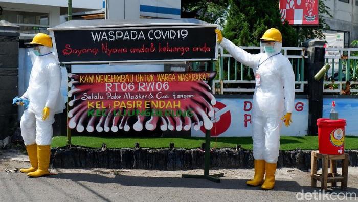 Peti mati dan patung berpakaian APD hiasi salah satu jalan di Kota Bandung. Keberadaan peti mati dan patung itu untuk ingatkan masyarakat akan bahaya COVID-19.