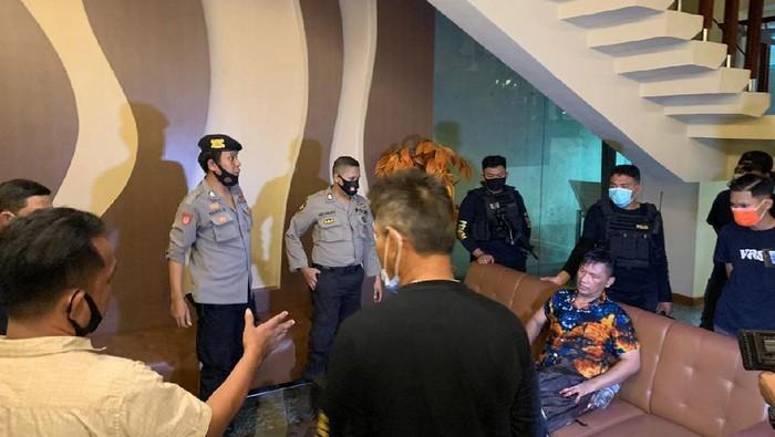 Polisi mengamankan pria yang bakar kasur hotel di Makassar karena gagal rujuk (Dok. istimewa)