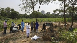 Seorang pria di India memakamkan putranya yang meninggal akibat COVID-19. Tercatat sedikitnya sudah 82 ribu meninggal dunia akibat virus Corona di India.