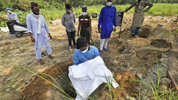 Seorang pria di India memakamkan putranya yang tewas akibat COVID-19. Seperti diketahui, Kasus sedikitnya 82 ribu orang tewas akibat COVID-19 di India.